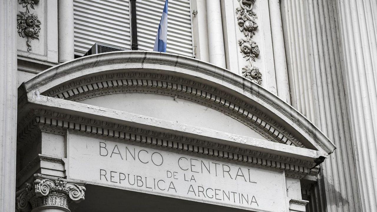 Au lendemain de la présidentielle, l'Argentine durcit le contrôle des changes